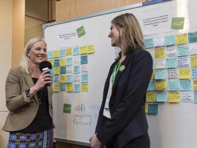 Le 1er mars 2016, la ministre McKenna a fait une entrevue avec une employée de l'organisme Leading Change lors du forum des futurs chefs de file de l'environnement qui s'est tenu au centre de dialogue Morris J. Wosk situé à Vancouver, en Colombie Britannique. (Groupe CNW/Environnement et Changement climatique Canada)