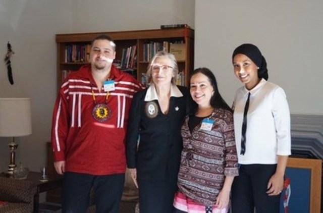 Des représentants de la Fédération canadienne des étudiantes et étudiants et du Caucus national des étudiantes et étudiants autochtones ont rencontré la ministre des Affaires autochtones et du Nord, l'honorable Carolyn Bennett, au lancement de la semaine de lobbying 2016. (Groupe CNW/Fédération canadienne des étudiant(e)s)
