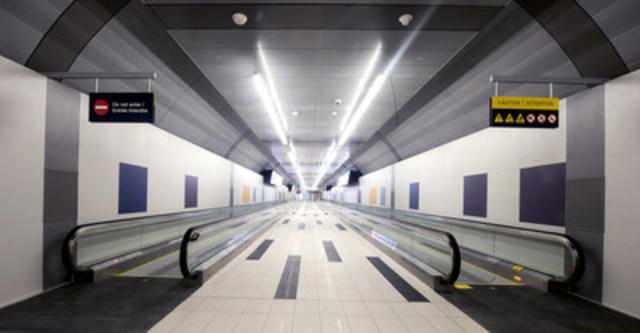 Le nouveau tunnel piétonnier de l'Aéroport Billy Bishop de Toronto, ouvert aujourd'hui le 30 juillet 2015. (Groupe CNW/PortsToronto)