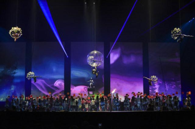 Des centaines d'interprètes et artistes sont montés en scène devant 6 100 athlètes en provenance de 41 pays et territoires et plus de 45 000 spectateurs pendant la cérémonie d'ouverture des Jeux panaméricains de 2015 à Toronto, produite par le Cirque du Soleil. (Groupe CNW/Jeux pan/parapanaméricains de Toronto 2015)