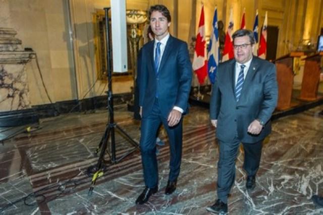 """Le maire de Montréal, M. Denis Coderre, a accueilli le premier ministre du Canada, M. Justin Trudeau, à l'hôtel de ville pour discuter d'une variété de sujets importants pour la métropole, dont l'agenda de Montréal, les infrastructures et l'oléoduc Énergie Est. Il est possible de visionner ce point de presse à partir de la chaîne YouTube du maire à l'adresse suivante : http://bit.ly/1LekA8U."""" (Groupe CNW/Ville de Montréal - Cabinet du maire et du comité exécutif)"""