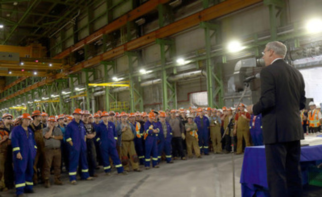 Kevin McCoy, président de Irving Shipbuilding, et des centaines d'employés au chantier naval de Halifax ont souligné aujourd'hui le début de la production du premier navire de patrouille extracôtier/de l'Arctique. (Groupe CNW/J.D. Irving, Limited)