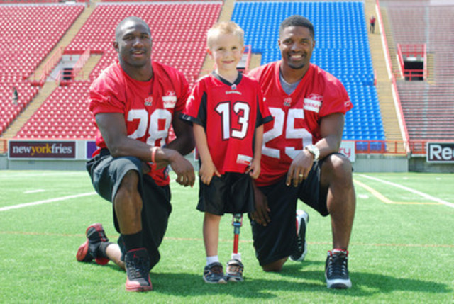 Roan Heck, War Amps National Safety Ambassador, joined Calgary Stampeders Brandon Smith (left) and Keon Raymond (right) to film a new War Amps PLAYSAFE public service announcement (CNW Group/War Amps)