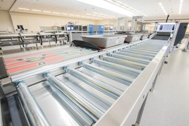 Stations améliorées pour le retrait des articles (Photo par Chris Bolin) (Groupe CNW/Administration canadienne de la sûreté du transport aérien (ACSTA))