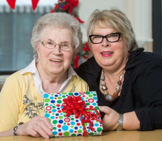 Rose-Anna Lamy et sa fille, Lorraine Simard, souhaitent que les Québécois visitent leurs proches en CHSLD à Noël... et aussi souvent qu'ils le peuvent! (Groupe CNW/Association des établissements privés conventionnés (AEPC))