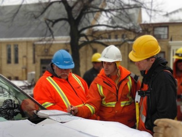Toronto Hydro crews brief crews from other utilities following the 2013 ice storm. (CNW Group/Toronto Hydro Corporation)