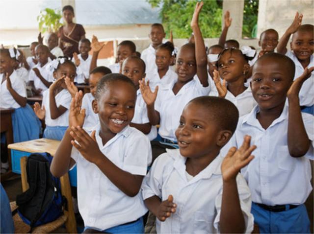 Institut Abellard, Léogâne, Haïti : Anderson Jean Marie et Christopher Pierre, élèves de première année, chantent une chanson dans leur classe. L'Institut Abellard compte huit classes et une moyenne de 30 enfants par classe. Save the Children a construit l'école, les latrines et le lavabo et a fourni des meubles et des trousses pédagogiques. Save the Children y forme aussi les enseignants. (Groupe CNW/IKEA Canada)
