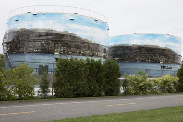 Jean Gaulin Refinery unveiled of giant frescoes on two tanks in Lévis this morning. (CNW Group/Valero Energy Inc.)