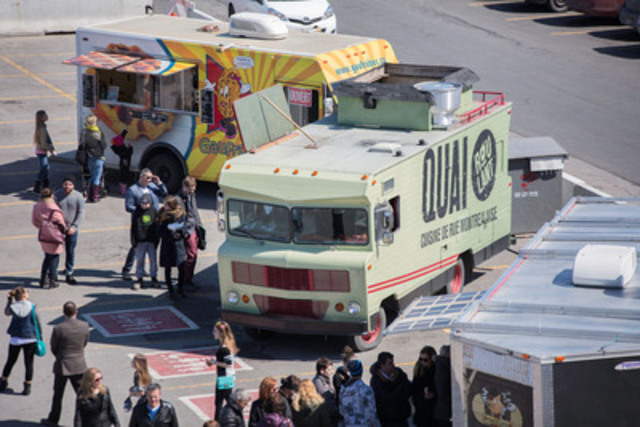 Diners choose between several options as food trucks provide a more comprehensive food offering at Promenades St-Bruno as part of a new partnership with the Quebec Street Food Association  (CNW Group/Cadillac Fairview Corporation Limited)