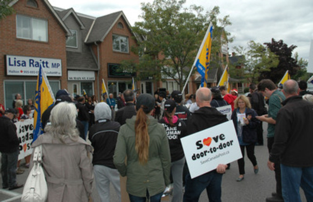 Canadian Union of Postal Workers and other concerned groups rally at Minister Lisa Raitt's office in Milton (CNW Group/Canadian Union of Postal Workers)