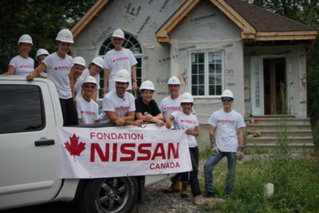 Un groupe d'employés de Nissan Canada ainsi que quelques invités, dont Eric Salvail, animateur d'En Mode Salvail sur les ondes de V télé, ont participé à l'évènement « Partenaire d'un jour »  en collaboration avec Habitat pour l'humanité Québec afin d'aider Nancy et sa famille de St-Eustache à construire leur future maison. (Groupe CNW/Nissan Canada Inc.)