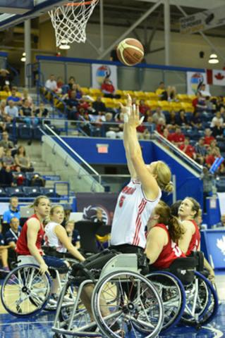 Janet McLachlan, de l'équipe canadienne, concourt contre la Grande-Bretagne au Championnat du monde féminin de basketball en fauteuil roulant 2014, le 24 juin 2014, au Mattamy Athletic Centre, à Toronto, Ont. (Groupe CNW/Basketball en fauteuil roulant Canada)