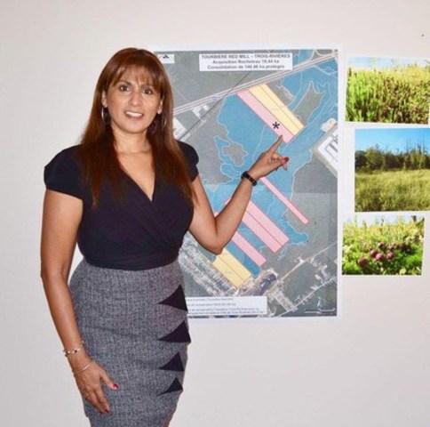 Romy Bazo, chef du service d'acquisition chez Nature-Action Québec, montrant la nouvelle acquisition qui vient consolider la protection de la tourbière Red Mill. (Groupe CNW/Nature-Action Québec)