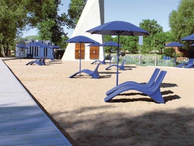 Avec sa passerelle de bois sur pilotis qui traverse la zone littorale et ses aménagements récréatifs modernes, le parc-plage Saint-Laurent est appelé à devenir une véritable station balnéaire en milieu urbain. (Groupe CNW/Ville de Repentigny)