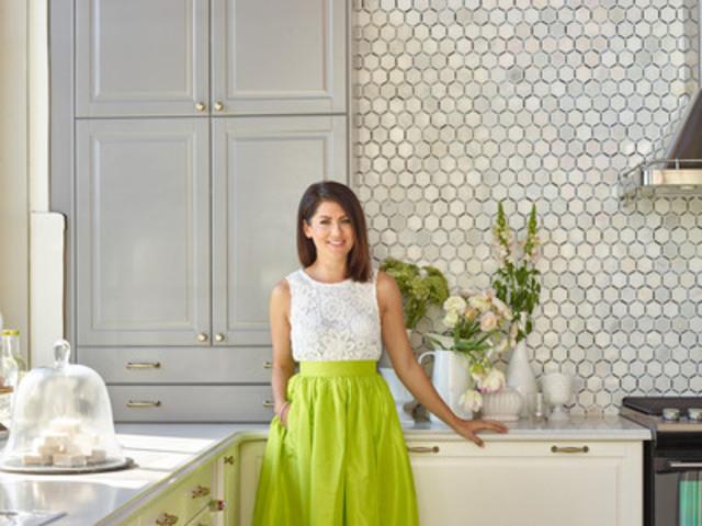Jillian Harris dans la nouvelle cuisine IKEA SEKTION conçue pour elle (Groupe CNW/IKEA Canada)