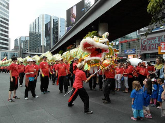 Deux des plus longs dragons d'Amérique du Nord danseront au Carré Yonge-Dundas, le 13 août prochain de 9 h à 14 h, dans le cadre des célébrations de la Journée internationale de la sensibilisation au Fung Loy Kok Tai Chi Taoïste(MC). Pour plus de détails : www.taoist.org. Améliorer son équilibre grâce à la pratique du Tai Chi Taoïste(MD). (Groupe CNW/Fung Loy Kok Institute of Taoism)