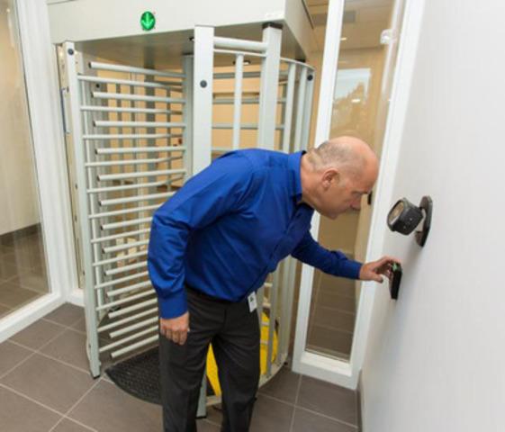 Le centre de données de Bell Aliant est protégé par les protocoles de sécurité les plus évolués comme la technologie biométrique de lecture de la rétine, la vidéosurveillance, la sécurité 24 heures sur 24, 7 jours sur 7, et les différents points de contrôle.  (Groupe CNW/Bell Aliant Inc. - Français)