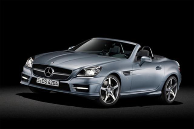 Avec la SLK de conception entièrement nouvelle, une des voitures de sport les plus passionnantes et les plus appréciées entame sa troisième génération. Le nouveau coupé-cabriolet porte le plaisir de conduire et les joies de la conduite à ciel ouvert à un niveau inégalé. Il conjugue agilité sportive et confort raffiné, design sublime de voiture de sport et parfaite aptitude à l'utilisation quotidienne, performances de pointe et écocompatibilité optimale. (Groupe CNW/Mercedes-Benz Canada Inc.)