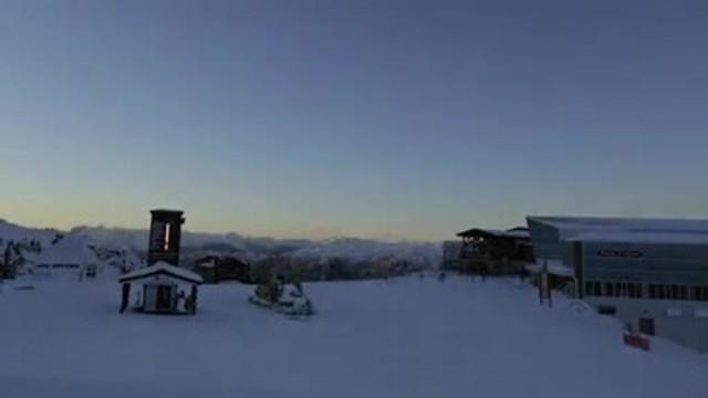Visionnez cette vidéo pour avoir un avant-goût des nouveaux sommets atteints par la Banque CIBC avec le premier guichet automatique pour skieurs au Canada, muni de porte-gants, de porte-bâtons de ski et de lampes chauffantes et installé au sommet du mont Whistler, à la station de ski Whistler Blackcomb.