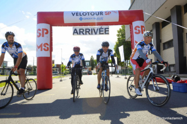 Bas de vignette photo : Des cyclistes de l'équipe Croix Bleue Medavie à l'arrivée du 25e Vélotour SP Croix Bleue Medavie. (Groupe CNW/Société canadienne de la sclérose en plaques)