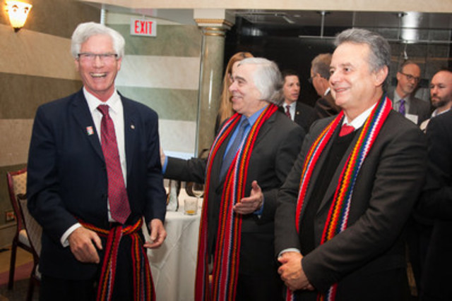 L'honorable Jim Carr, ministre des Ressources naturelles du Canada, M. Pedro Joaquín Coldwell, ...