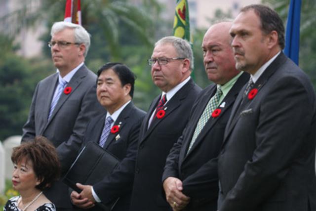 Les premiers ministres Selinger, Dexter, McLeod et Pasloski en compagnie de Monsieur Philip Lee, lieutenant-gouverneur du Manitoba et de Madame Anita Lee, lors d'une cérémonie au cimetière militaire Sai Wan, à Hong Kong. (Groupe CNW/CONSEIL DE LA FEDERATION)