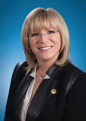 Mme Charbonneau, ministre responsable des Aînés, de la Famille et de la Lutte à l'intimidation, ainsi que ministre responsable de la région de Laval. (Groupe CNW/Fondation Jasmin Roy)