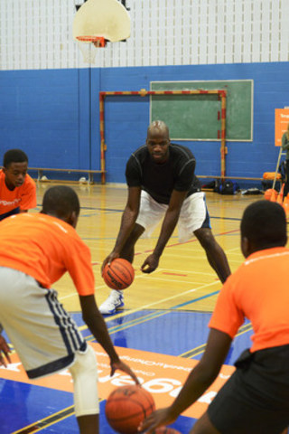 Today, Tangerine partnered with NBA-star and Montreal-native Joel Anthony to bring its #BrightWayForward program to Montreal with a Community Gym event attended by over 125 youth who took part in empowerment and basketball skills training. (CNW Group/Tangerine)