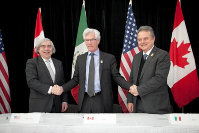 Le ministre des Ressources naturelles du Canada, l''honorable Jim Carr, et les secrétaires à l''Énergie du Mexique et des États-Unis, MM. Pedro Joaquín Coldwell et Ernest Moniz, à la réunion des ministres nord-américains de l''énergie, le 12 février 2016, à Winnipeg. (Groupe CNW/Ressources naturelles Canada)