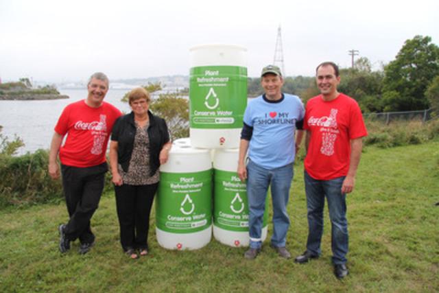 Tufts Cove, Nouvelle-Écosse La participation de Coca-Cola Canada dans le Great Canadian Shoreline Cleanup a démarré aujourd'hui avec un don de 25 barils de récupération d'eau de pluie. De gauche à droite, Nicola Kettlitz, Président, Coca-Cola Ltée, Judy McMullen, Clean Nova Scotia, Robert Rangeley, Vice Président WWF Atlantique et Kevin Warren, Président, Coca-Cola Refreshments Canada (Groupe CNW/Coca-Cola Canada)