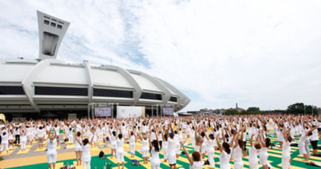 More than 2 000 people joined Lolë's White Yoga Session on July 28th at the Olympique Parc in Montreal (CNW Group/LOLE)
