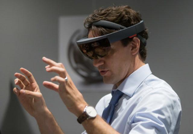 Le premier ministre Justin Trudeau découvre Microsoft HoloLens à l'inauguration officielle du Centre d'excellence Microsoft Canada aujourd'hui à Vancouver. L'établissement est conçu pour favoriser l'éclosion de nouveaux talents et d'innovations technologiques. (Groupe CNW/Microsoft Canada Inc.)