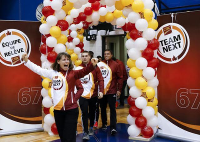 Présentation des athlètes de l'Équipe de relève CIBC : Karen Van Nest, suivie de Pascal Plamondon et de Mark de Jonge, mentor de l'Équipe de relève CIBC et médaillé olympique de l'épreuve de sprint en kayak. (Groupe CNW/Banque Canadienne Impériale De Commerce)