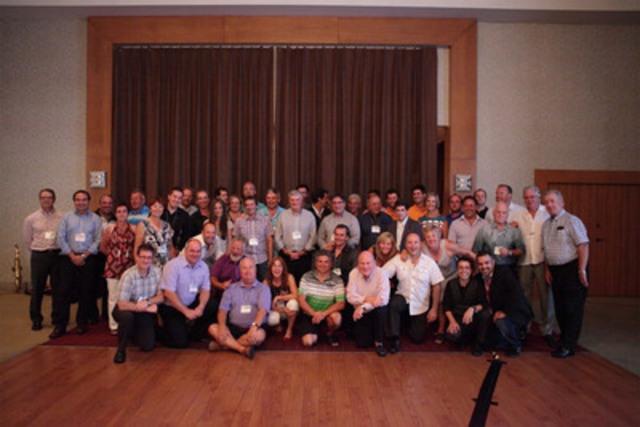 Dominic et Martin (au bas de la photo, à droite) en compagnie des 52 golfeurs présents. (Groupe CNW/Société canadienne de la sclérose en plaques)