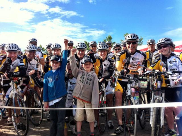 C'est à la Zone portuaire de Chicoutimi que Pierre Bruneau, porte-parole de la Fondation Centre de cancérologie Charles-Bruneau, prenait part au grand départ de la 17e édition du Tour CIBC Charles-Bruneau, le 3 juillet dernier. Sur cette photo, il est entouré de l'héroïne Marie-Soleil Quesnel, du groupe de cyclistes et de quelques enfants jumelés. (Groupe CNW/FONDATION CHARLES-BRUNEAU)