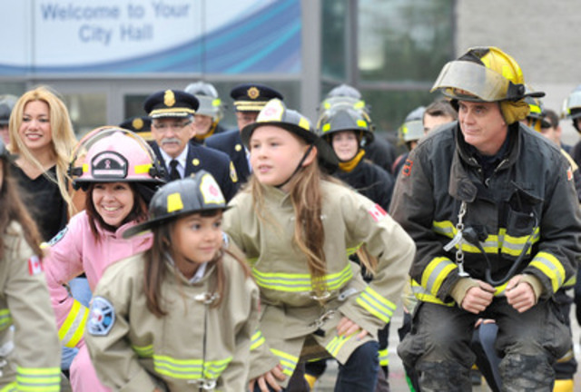 Barrie kids and firefighters enjoy flash mob to launch Fire Prevention Week (CNW Group/City of Barrie)