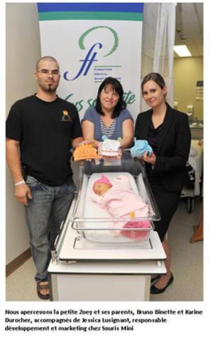 Nous apercevons la petite Zoey et ses parents, Bruno Binette et Karine Durocher, accompagnés de Jessica Lussignant, responsable développement et marketing chez souris Mini (Groupe CNW/Fondation Hôpital Saint-Eustache)