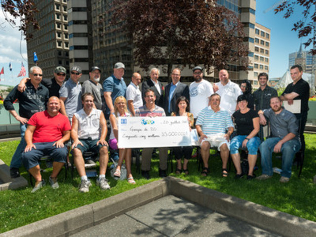 The happy winners with Yves Corbeil and Gérard Bibeau (CNW Group/Loto-Québec)