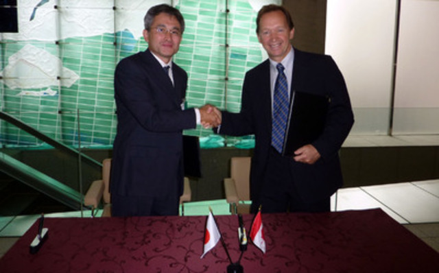 Germain Lamonde, Founder, Chairman and CEO of EXFO, and Takashi Tokonami, CEO of Artiza Networks, signed the partnership deal at a ceremony in Japan. (CNW Group/EXFO INC.)