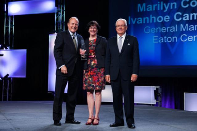 Marilyn Cormier, directrice, Centre Eaton de Montréal (propriété d'Ivanhoé Cambridge), reçoit le prix ICSC VIVA, catégorie « Marketing », de Michael P. Kercheval, président et chef de la direction, ICSC, et Ian Thomas, président du conseil, VIVA. (Groupe CNW/Ivanhoé Cambridge)