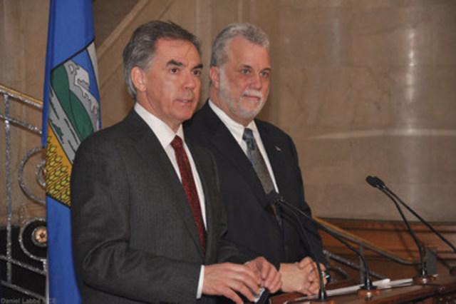 Le premier ministre du Québec, Philippe Couillard, en compagnie du premier ministre de l'Alberta, Jim Prentice, lors d'une rencontre en décembre 2014. (Groupe CNW/Cabinet du premier ministre)