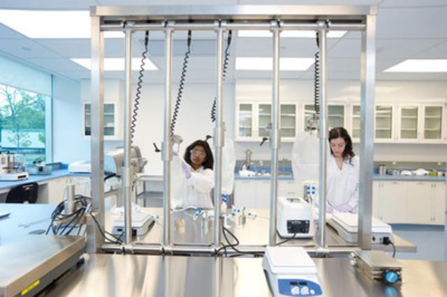 Two lab technicians (CNW Group/Sanofi Pasteur)