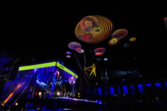 Spectacle du Terra Karnaval sur la place des Festivals mettant notamment en scène la troupe aérienne Voala Project. (Groupe CNW/TERRA Karnaval)