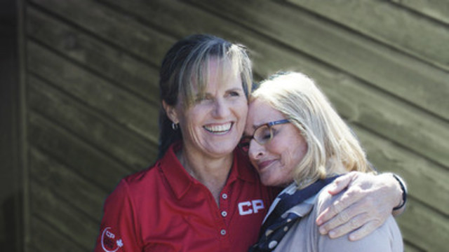 Canadian golf icon, Lorie Kane, gives her mom, Marilyn Kane, a squeeze. (CNW Group/WestJet)