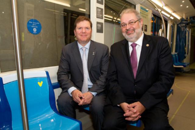 Dans le cadre de sa première rencontre avec le nouveau directeur général de la Société de transport de Montréal (STM), M. Carl Desrosiers (à gauche sur la photo), le ministre du Développement durable, de l'Environnement et des Parcs (MDDEP), M. Pierre Arcand, a profité de l'occasion pour visiter la maquette des futures voitures du métro de Montréal. (Groupe CNW/SOCIETE DE TRANSPORT DE MONTREAL)