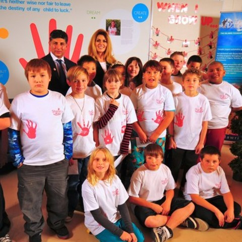 Dilawri Foundation co-founder Ajay Dilawri and country superstar Shania Twain join local children at the launch of the new Shania Kids Can Clubhouse at Judge Bryant School in Regina, Saskatchewan. (CNW Group/The Dilawri Foundation)