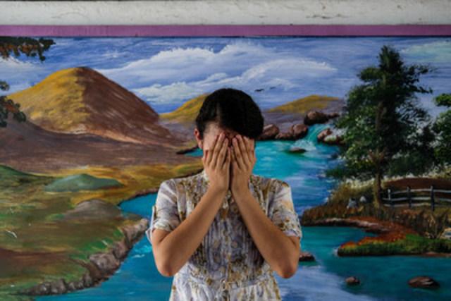 En avril 2016, une élève du premier cycle du secondaire qui prône l'utilisation responsable des médias sociaux cache son visage dans une école de la municipalité de Soyapango, au Salvador. Elle se rend compte que beaucoup de ses pairs et d'enfants plus jeunes mentent sur leur âge afin d'ouvrir des comptes sur les plateformes de médias sociaux, ce qui les expose à l'exploitation sexuelle en ligne et à d'autres dangers. (Groupe CNW/UNICEF Canada)
