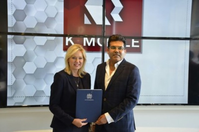 Mississauga Mayor Bonnie Crombie joins K-Mobile CEO Shami Munir on the opening of Mississauga's first K-Mobile store. (CNW Group/K-Mobile)