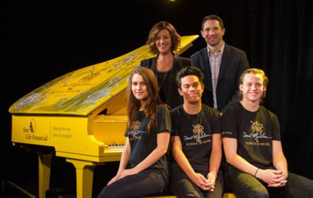 Sarah McLachlan, Paul Joliat de la Financière Sun Life, ainsi que les étudiants Zabrina, Seven et Mattias, donnent le coup d'envoi au programme de dons parallèles (en argent) et de dons d'instruments en soutien à la Sarah McLachlan School of Music. (Groupe CNW/Financière Sun Life inc.)