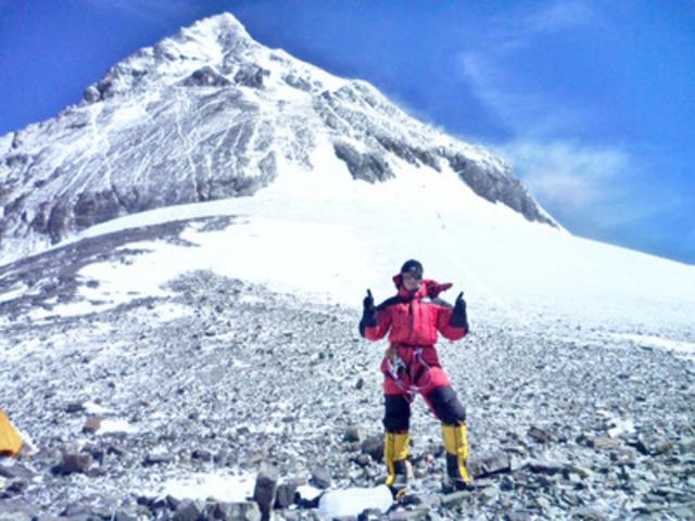 Une québécoise atteint le sommet de l'Everest, alors qu'elle pouvait à peine monter deux marches il y a quelques années! (Groupe CNW/Cliniques Zéro Gravité)